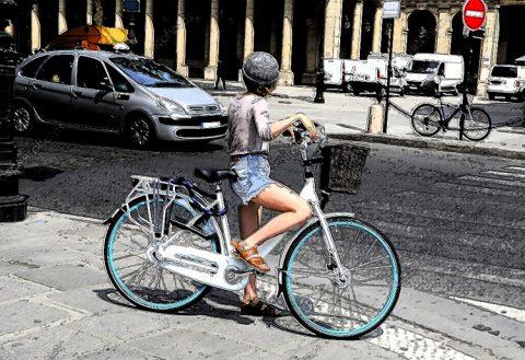 Attraversare la strada con la bicicletta: in sella o a mano?