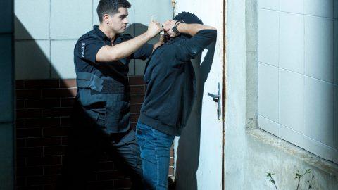 Condannato per abuso di potere il poliziotto che trascina con forza l'avventore fuori del locale